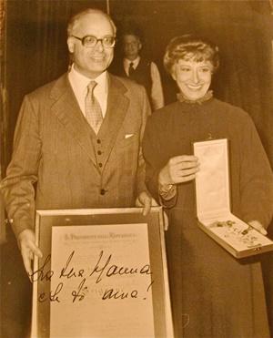 Lilla Brignone riceve l'onorificenza di Grande Ufficiale della Repubblica dal Ministro Signorello (1982)