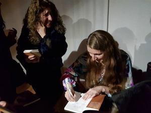 """L'Autrice Anna D'Alberto durante la presentazione di """"Se muore il becchino"""" dello scorso marzo"""
