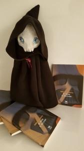 Morticia in una scultura realizzata in creta da Anna D'Alberto