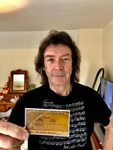 """Steve Hackett mostra la sua tessera di Socio onorario dell'Associazione Culturale """"Piazza Navona"""""""