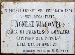 La targa posta nell'odierna Piazza Pallone di Mantova, nel cortile del Palazzo ducale dove Agnese Visconti è stata usccisa