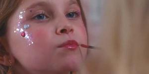 Ayline Aksoy-Etaix in una scena del film