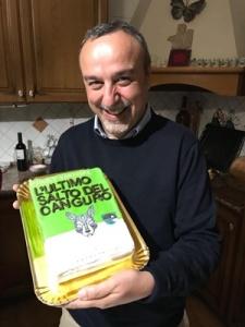 """Paolo Vanacore e una copia tutta speciale di """"L'ultimo salto del canguro"""" (Castelvecchi, 2017)"""