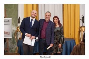 """Guido Mastroianni (presentatore della Cerimonia di premiazione), lo scrittore Paolo Vanacore e Chiara Ricci (Presidente dell'Associazione Culturale """"Piazza Navona"""")"""