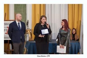 """Guido Mastroianni (presentatore della Cerimonia di premiazione), la scrittrice Lisa Di Giovanni e Chiara Ricci (Presidente dell'Associazione Culturale """"Piazza Navona"""")"""