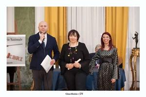 """Guido Mastroianni (presentatore della Cerimonia di premiazione), la scrittrice Ketty D'Echabur e Chiara Ricci (Presidente dell'Associazione Culturale """"Piazza Navona"""")"""