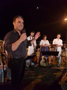 Il Maestro Alessandro Calcaramo e alcuni componenti del gruppo musicale giovanile Corde Libere (Per gentile concessione di Alessandro Calcaramo)