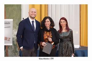 """Guido Mastroianni (presentatore della Cerimonia di premiazione), la scrittrice Alessandra Cotoloni e Chiara Ricci (Presidente dell'Associazione Culturale """"Piazza Navona"""")"""