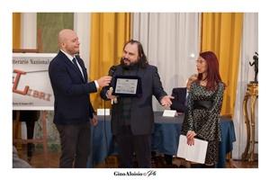 """Guido Mastroianni (presentatore della Cerimonia di premiazione), lo scrittore Alessandro Ticozzi e Chiara Ricci (Presidente dell'Associazione Culturale """"Piazza Navona"""")"""