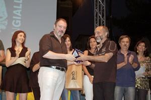 Paolo Lanzotti riceve il Premio Tedeschi 2016 da Carlo Lucarelli