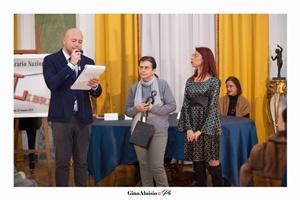 """Guido Mastroianni (presentatore della Cerimonia di premiazione), la scrittrice Gabriella Griieco e Chiara Ricci (Presidente dell'Associazione Culturale """"Piazza Navona"""")"""