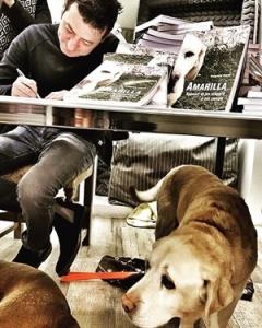 """Emanuele Grandi firma le coppie del suo libro """"Amarilla. Appunti di viaggio a sei zampe"""" (Morphema Editrice, 2018) - Per gentile concessione dI Emanuele Grandi"""