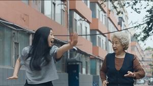 """Una scena del film """"The Farewell - Una bugia buona"""" di Lulu Wang"""