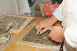 L'artista salernitano Lucio De Simone nel suo laboratorio (Ph. Alberto Accarino)
