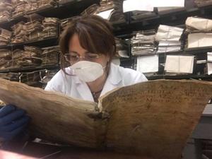 La storica e scrittrice Antonella Orefice durante le ricerche e la preparazione del suo saggio storico