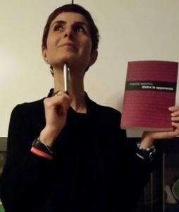 """La scrittrice Marzia Astorino con il suo """"Dietro le apparenze"""" (Edizioni Leucoteca, 2017)"""