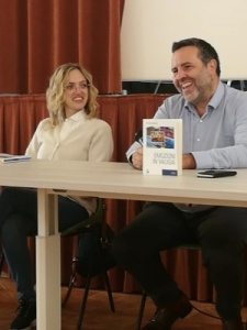 """La scrittrice Annalisa Baldinelli e l'editore Jean Luc Bertoni durante la presentazione del libro """"Emozioni in valigia"""" tenutasi il 6 ottobre 2019 presso il Teatro della Fondazione di Fontenuovo (Perugia)"""