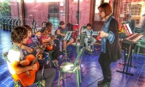 Serena Della Monica insegna educazione musicale ai suoi ragazzi (Per gentile concessione di Serena Della Monica)